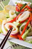 Japanse salade met groenten en de verticaal van de pijlinktvisclose-up