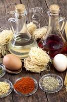 olie, azijn, eieren en pasta foto