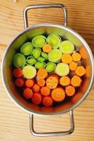 wortelen op een tafel foto