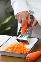 het maken van geraspte wortelsalade foto