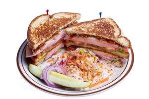 Turkije club sandwich op wit wordt geïsoleerd foto