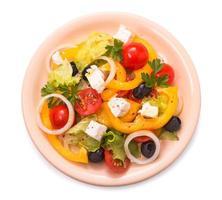 Griekse salade geïsoleerd