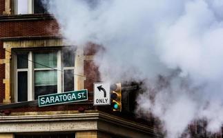 straatnaambord en stoom in Baltimore, Maryland.