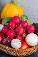 verse groenten in de mand foto