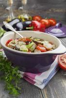 gestoomde groenten in de keramische pot foto