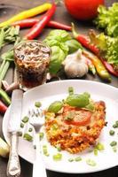 deel van de braadpan met tomaat en champignons op een bord foto