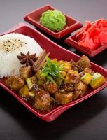 Japanse keuken. rijst met courgette in honingsaus.