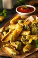 zelfgemaakte gebakken courgette frietjes foto