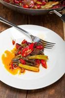 gebakken chili peper en groente op een wok pan foto