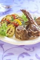 gebakken lamsvlees met groenten garnituur
