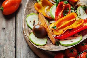 gegrilde groenten op de houten tafel foto
