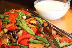 gebakken groente en yoghurt foto