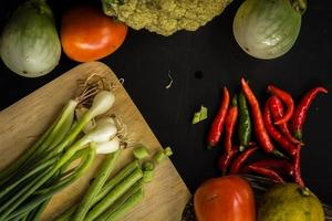 groenten op zwarte bordruimte als achtergrond. wortelen, tomaten,