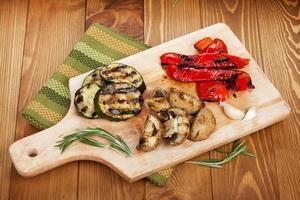 gegrilde groenten op snijplank foto