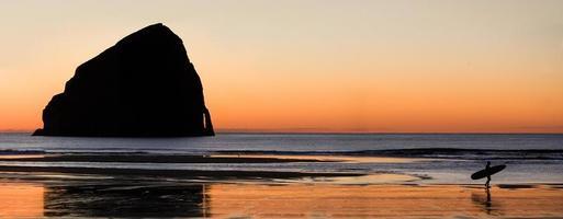 surfers rotsen foto