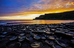 zonsopgang op de rotsen foto