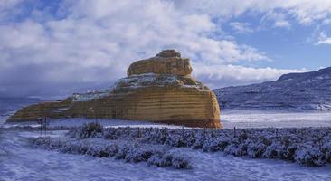rotsboerderij met sneeuw foto