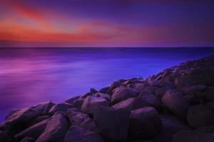 het strand van rotsen foto