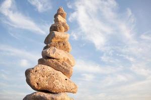 gestapelde rotsen in de lucht foto