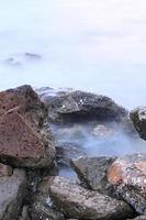 golven en rotsen lange blootstelling foto