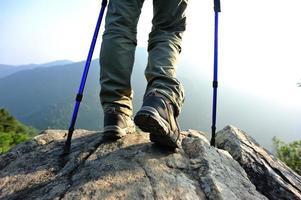 wandelen voeten bergtop rots foto