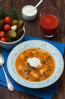 soep met gepekelde komkommers, aardappelen, tomaten en zure room foto