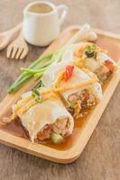 loempia's met groenten en kip op houten plaat foto