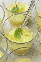 sinaasappel- en komkommersap met munt foto