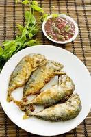 garnalenpasta chilisaus (nam prik ka pi) serveren foto