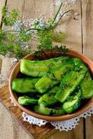 vers gepekelde komkommers met dille en knoflook foto