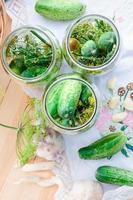 komkommers met groenten en kruiden in het huis