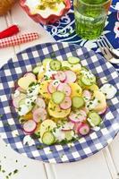 aardappelsalade met verse komkommer foto