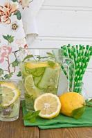 limonade met komkommer en citroenen foto