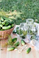 het voorbereiden van ingrediënten voor het inleggen van komkommers foto