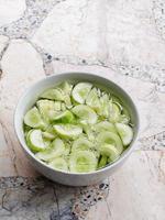 verse komkommer in witte kom foto