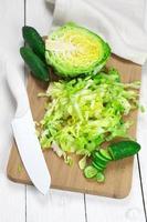 gehakte kool en komkommers foto