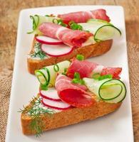 sandwich met ham, komkommer en radijs foto