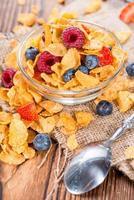 cornflakes en verschillende bessen foto
