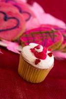 Valentijnsdag - roze koekjes en cakejes met hartjes foto