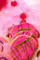 Valentijnsdag - decoraties en koekjes met roze glazuur en foto