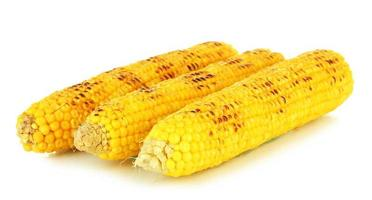 heerlijke gouden gegrilde maïs op wit wordt geïsoleerd foto