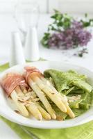 groene kruiden pannenkoeken met asperges gewikkeld in ham foto