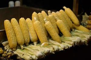 maïs op de kooktafel in de straten van istanbul foto