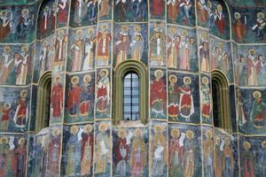 fresco met heiligen