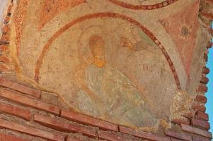 beschadigde fresko van het zegenen van de hand van god foto