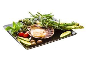 coquille met asperges, limoen, munt en rozemarijn foto
