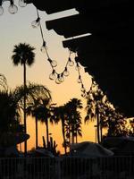 hangende lichten in de schemering foto