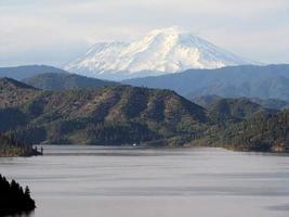 mount shasta de witte berg foto
