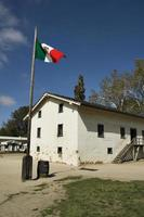 historische westelijke fort op blauwe hemel, sacramento, california foto