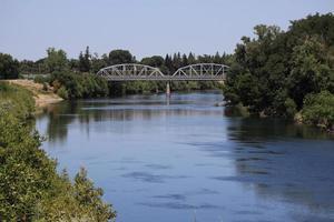 Amerikaanse rivier en de j-straatbrug van sacramento foto